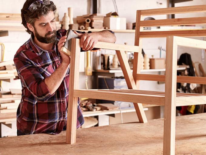 Mr. Timber baut Möbel aus Altholz